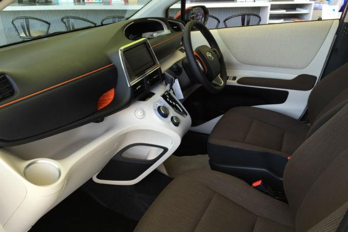 新型シエンタ 運転席